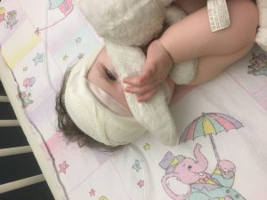 Lieke na de operatie in haar ziekenhuisbed